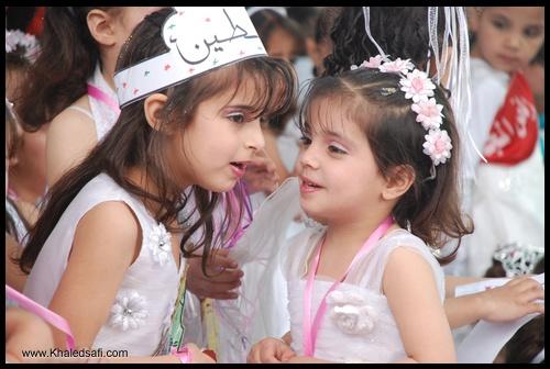 طفلة من روضة فلسطين تهمس لصديقتها بسر خطير وسط الجموع