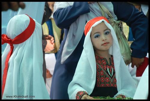 طفلة ترتدي ملابس بدوية تراثية