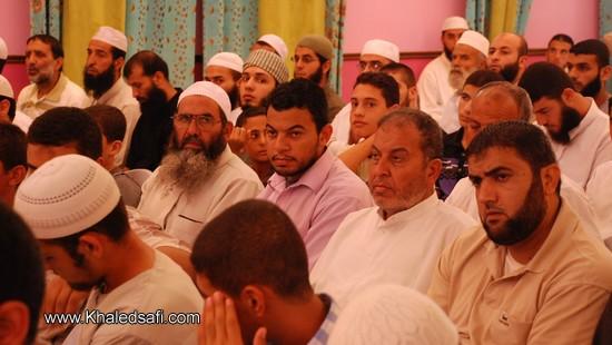 مجموعة من الحضور توافدت بعد صلاة العصر مباشرة لمتابعة فعاليات الحفل الختامي السنوي الثالث لتكريم حفظة القرآن الكريم والسنة