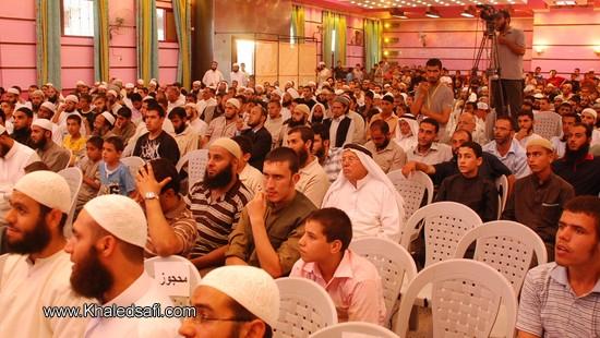 الحضور ينتظر بدء العرض المرئي عن أهم إنجازات وأعمال جمعية ابن باز الخيرية الإسلامية