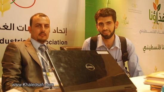 خالد مع الجهة المنظمة لمعرض الغذاء الفلسطيني