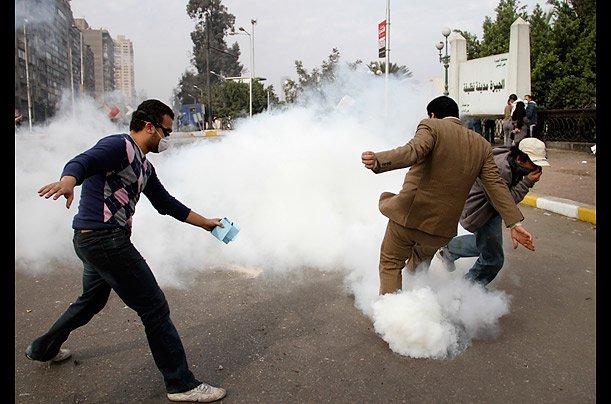 قنابل الغاز لتفريق المتظاهرين