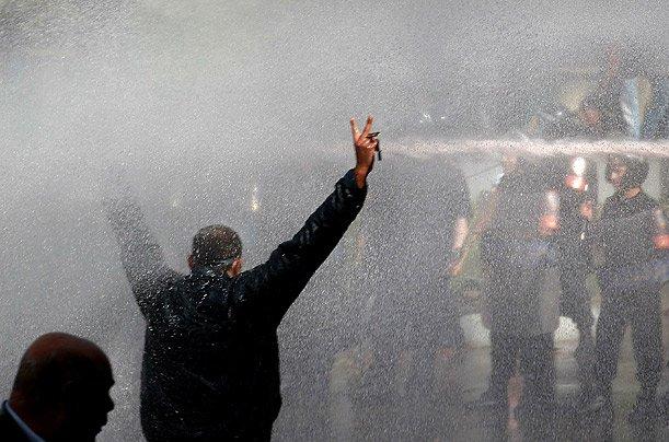 خراطيم رش المياه ضد المتظاهرين