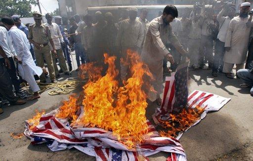 مسلم يحرق علم أمريكا خلال مظاهرة ضد الفلم المسيء للإسلام أمام مسجد في حيدر أباد - الباكستان تصوير:  كريشنيندو/رويترز