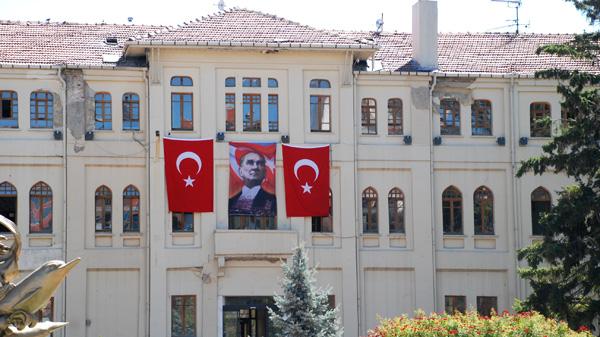 العلم التركي الأحمر ومصطفى كمال أتاتورك في كل مكان تقريباً