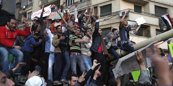 المتظاهرون في مصر فوق الدبابة