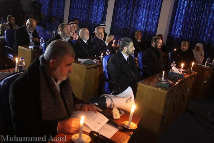 جلسة المجلس التشريعي على ضوء الشموع