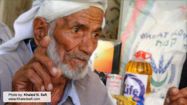 حسبي الله ونعم الوكيل - عجوز ينتظر حصته في طابور المساعدات التموينية
